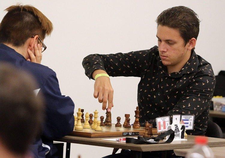 El ajedrecista cubano Carlos Daniel Albornoz (der). Foto: yucatan.com.mx / Archivo.