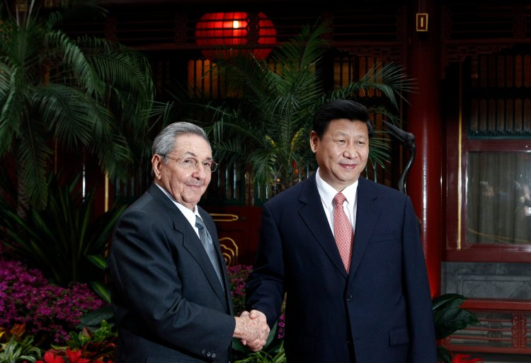 Raul Castro y el entonces vice presidente Xi Jinping en julio de 2012 en Beijing, China. Foto: Ng Han Guan-Pool/Getty Images.