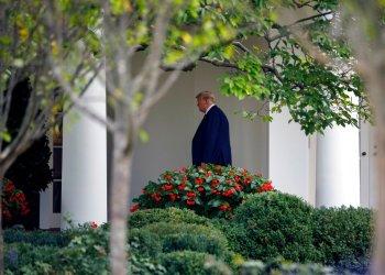 El presidente Donald Trump camina rumbo a la Oficina Oval de la Casa Blanca, el jueves 26 de septiembre de 2019, en Washington. (AP Foto/Carolyn Kaster)