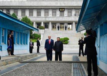 En esta foto de archivo del 30 de junio de 2019, el presidente Donald Trump se reúne con el líder norcoreano Kim Jong Un en la aldea de Panmunjom, en la Zona Desmilitarizada entre ambas Coreas. Trump acude a Naciones Unidas la semana que viene, con una pesada carga de desafíos no resueltos en política exterior que involucran a Irán, Corea del Norte, Afganistán, el Medio Oriente y más. (Foto AP/Susan Walsh)