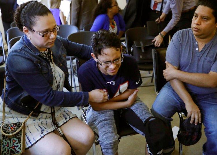 La hondureña Mariela Sánchez junto a su hijo Jonathan, de 16 años, quien sufre de fibrosis quística y viajó a Estados Unidos en busca de tratamiento médico que ahora podría interrumpirse por una nueva medida del gobierno de Donald Trump. Foto: Elise Amendola / AP.