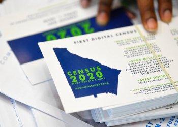 Un empleado muestra folletos relacionados con el censo 2020 de Estados Unidos en una reunión en el estado de Georgia, el 13 de abril de 2019. Foto: John Amis/ AP.