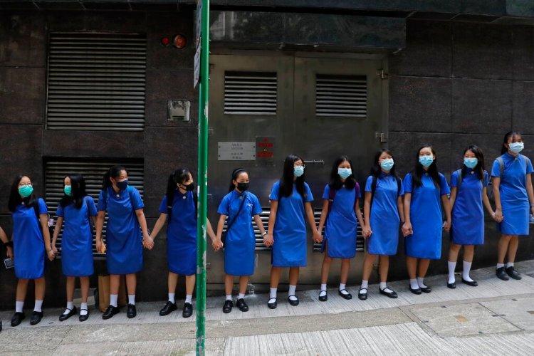 Estudiantes con máscaras se toman de las manos para rodear el St. Stephen's Girls' College en Hong Kong, el lunes 9 de septiembre de 2019. Foto: Kin Cheung / AP.
