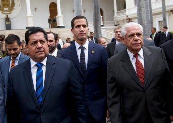 En esta foto del 5 de enero de 2019, el presidente del Congreso, Juan Guaidó, al centro, está acompañado del vicepresidente del órgano, Edgar Zambrano, izquierda, y Omar Barboza, expresidente del mismo ente a su llegada a una sesión especial en Caracas, Venezuela. Foto: Fernando Llano / AP / Archivo.