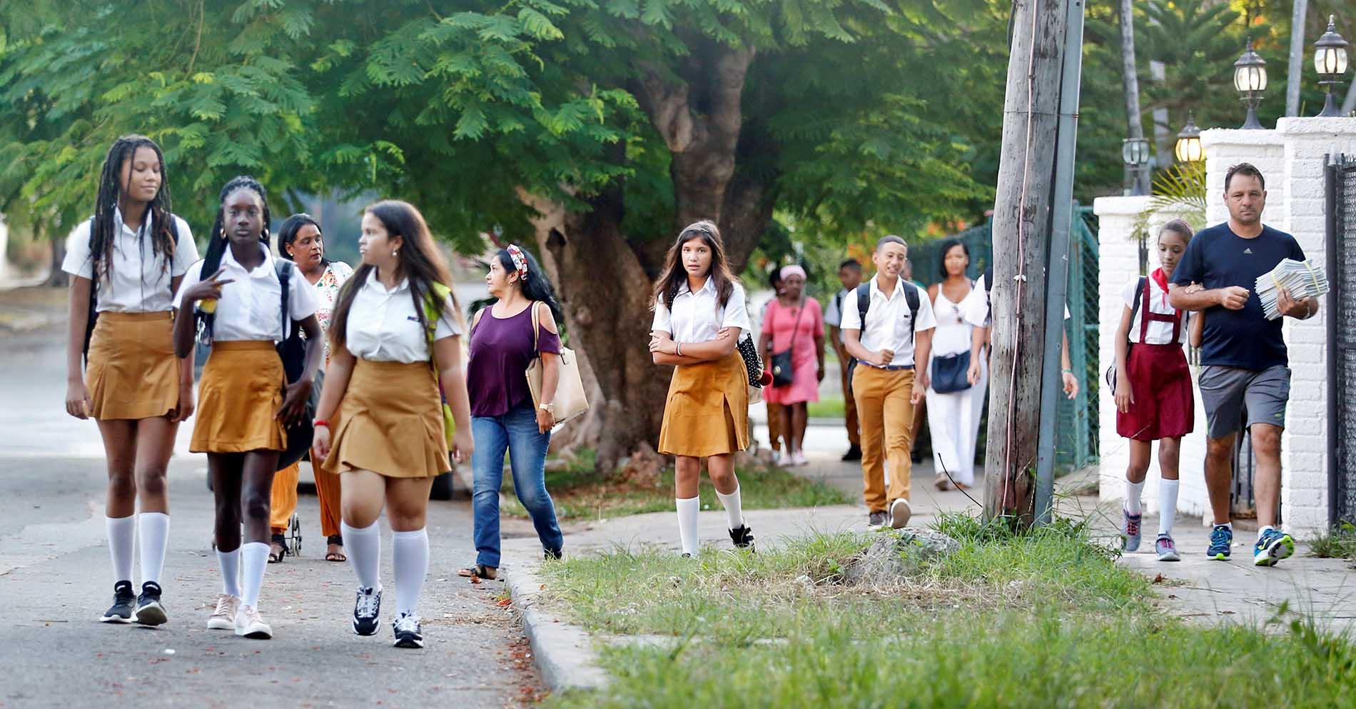 Niños caminan para asistir a sus escuelas para el inicio del curso escolar, el lunes 2 de septiembre de 2019 en La Habana. Foto: Ernesto Mastrascusa / EFE.