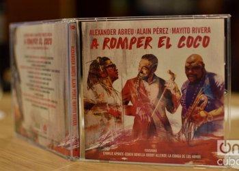 """Disco """"A romper el coco"""", presentado oficialmente en La Habana, el 23 de septiembre de 2019. A su lado, el productor Alden González. Foto: Otmaro Rodríguez."""