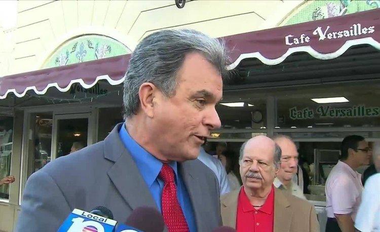 Ramón Saúl Sánchez habla con medios de prensa frente al Cafè Versailles, en Miami, Estados Unidos. Foto: http://actualidadradio.com / Archivo.
