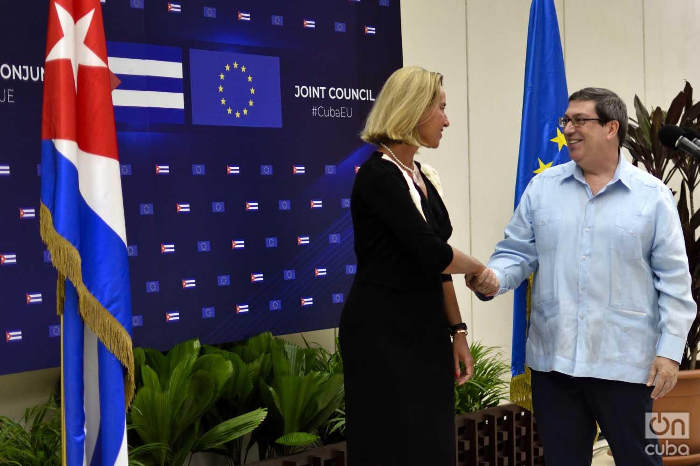 La jefa de la diplomacia de la Unión Europea, Federica Mogherini, y el canciller cubano Bruno Rodríguez se saludan antes del Segundo Consejo Conjunto Cuba-UE celebrado en La Habana el 9 de septiembre de 2019. Foto: Otmaro Rodríguez.