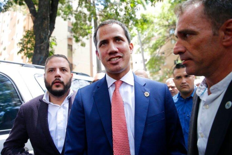 El líder de la oposición venezolana y autoproclamado presidente interino de Venezuela, Juan Guaidó, en el centro, llega a un evento en Caracas, Venezuela, el viernes 13 de septiembre de 2019. Foto: Ariana Cubillos / AP.