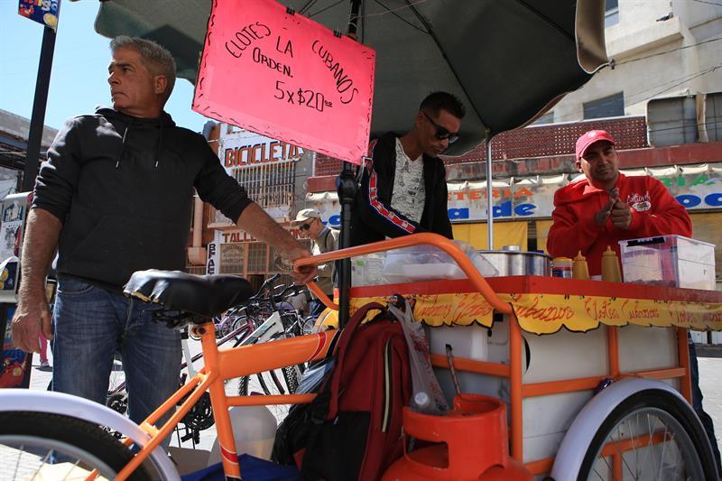 Migrantes cubanos venden sus elotes cubanos en la fronteriza Ciudad Juárez, México. Foto: Luis Torres / EFE.