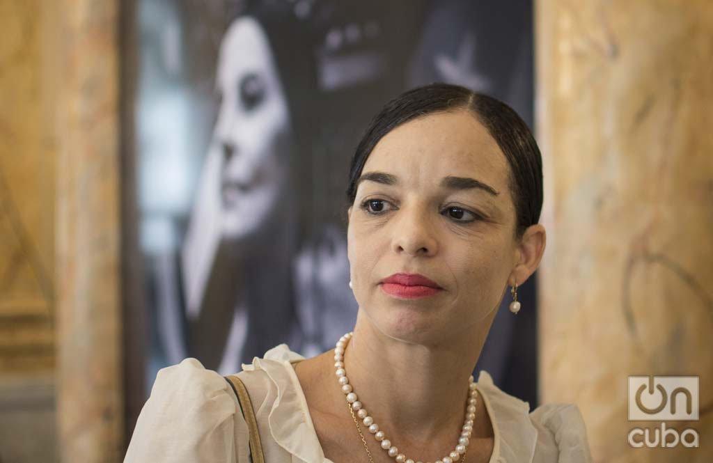 La primera bailarina Viengsay Valdés, directora artística del Ballet Nacional de Cuba, durante las honras fúnebres de Alicia Alonso en el Gran Teatro de La Habana, el sábado 19 de octubre de 2019. Foto: Otmaro Rodríguez.