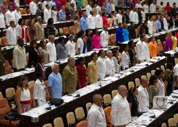 En esta foto de archivo del 8 de julio de 2018, legisladores asisten a la Asamblea Nacional en La Habana, Cuba. Foto: Ladyrene Perez, Cubadebate vía AP / Archivo.