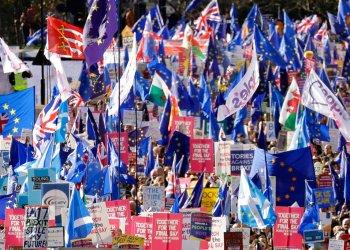 Manifestantes contra el Brexit marchan en Londres, sábado 19 de octubre de 2019, mientras el Parlamento debate el acuerdo logrado por el primer ministro Boris Johnson con la Unión Europea. Foto: Matt Dunham/AP