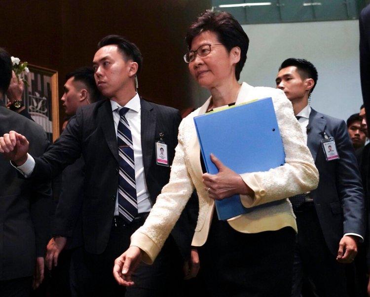 La jefa ejecutiva de Hong Kong Carrie Lam llega a la cámara del Consejo Legislativo en Hong Kong. (AP Foto/Vincent Yu, Archivo)