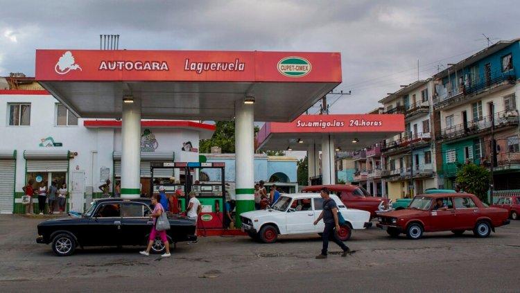 Autos se abastecen de combustible en una gasolinera en La Habana, Cuba, el jueves 24 de octubre de 2019. Foto: Ismael Francisco/AP.