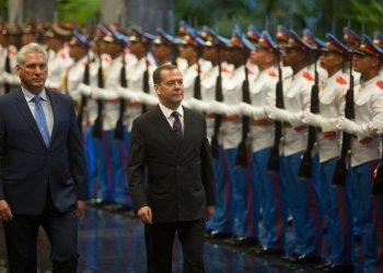 El presidente cubano Miguel Díaz-Canel, izquierda, y el primer ministro ruso Dmitri Medvedev, caminan junto a la guardia de honor tras la llegada del segundo a La Habana, Cuba, el jueves 3 de octubre de 2019. Foto: Ismael Francisco/AP.