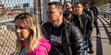 Un grupo de solicitantes de asilo cubanos esperan para cruzar a Estados Unidos desde Ciudad Juárez, México. Abril de 2019. Foto: The New York Times.