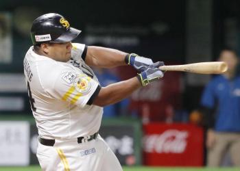 El toletero cubano Alfredo Despaigne con el uniforme de los Halcones de SoftBank. Foto: The Japan Times.