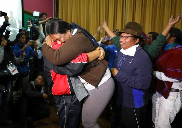Líderes indígenas celebran el anuncio del gobierno cancelando el paquete de austeridad que provocó varias protestas. Foto: Fernando Vergara/AP.