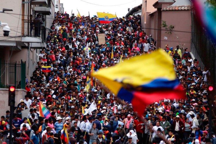 Quito. Huelga general. El pueblo protesta contra el gobierno de Lenin Moreno. Foto: Carlos Noriega/AP.