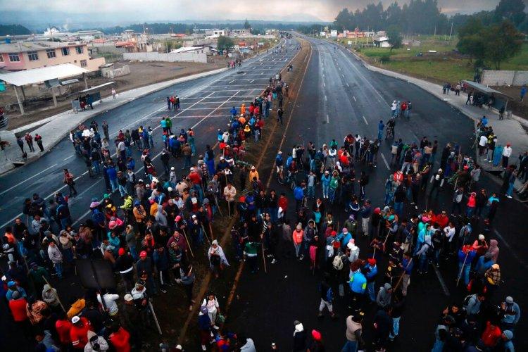 Manifestantes contra el gobierno cierran un camino en Lasso, Ecuador, el domingo 6 de octubre de 2019. Foto: Dolores Ochoa/AP.