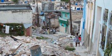 Escombros resultantes del tornado que azotó La Habana en enero de 2019. Foto: Alina Sardiña / Archivo.
