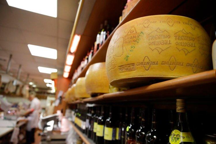 Grandes piezas de queso parmesano a la venta en una tienda en Roma, el jueves 3 de octubre de 2019. Foto: Alessandra Tarantino / AP.