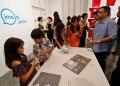 """Visitantes observan obras de apertura de la exposición """"Conexiones"""", en la galería Factoría Habana. Foto: Yander Zamora / EFE."""