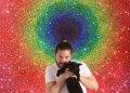 El pintor cubano Alberto Lago junto a una de sus obras. Foto: Perfil de Facebook de Alberto Lago.