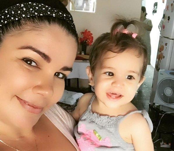 La niña Paloma Domínguez Caballero, fallecida el pasado 9 de octubre por complicaciones tras ser vacunada en una institución médica de La Habana, junto a su madre Yaima Caballero. Foto: Perfil de Instagram de Yaima Caballero.