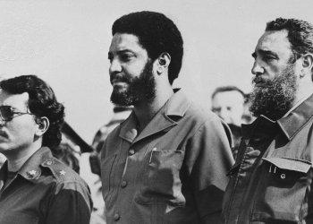 Maurice Bishop, al centro, fue el líder de la revolución granadina, el segundo Primer Ministro de Granada desde 1979 y hasta el 19 de octubre de 1983 cuando fue ejecutado durante un golpe de estado apoyado por Estados Unidos.