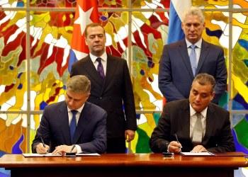 El presidente cubano Miguel Díaz-Canel Bermúdez (d-arriba), y el primer ministro de Rusia, Dmitri Medvédev (i-arriba), observan la firma un acuerdo bilateral entre ambos países en La Habana, el 3 de octubre de 2019. Foto: Ernesto Mastrascusa/ POOL/EFE.