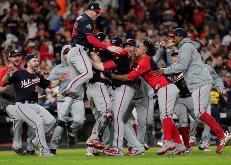 Los Nacionales de Washington festejan tras ganar el séptimo partido de la Serie Mundial frente a los Astros de Houston, el miércoles 30 de octubre de 2019, en Houston. (AP Foto/David J. Phillip)