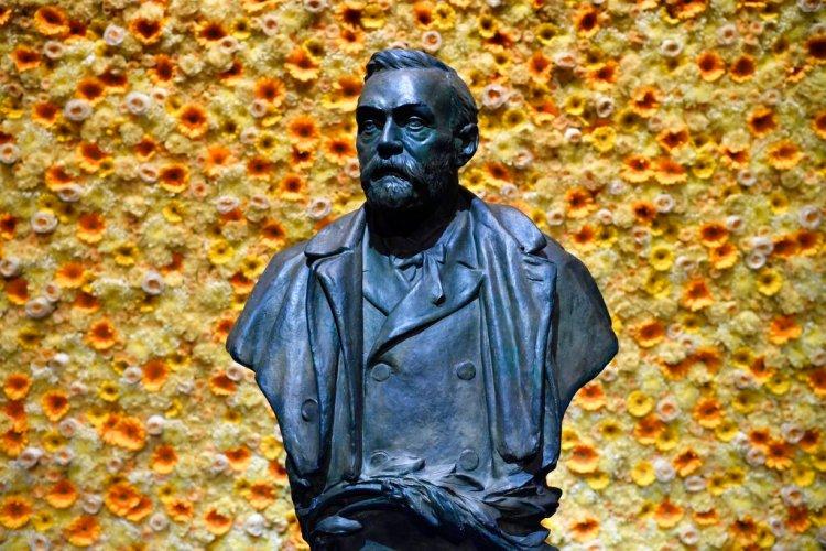 Busto del fundador de los Premios Nobel, Alfred Nobel, durante la ceremonia de la entrega de los galardones en Estocolmo en 2018. Foto: Henrik Montgomery/Pool Photo vía AP/Archivo.
