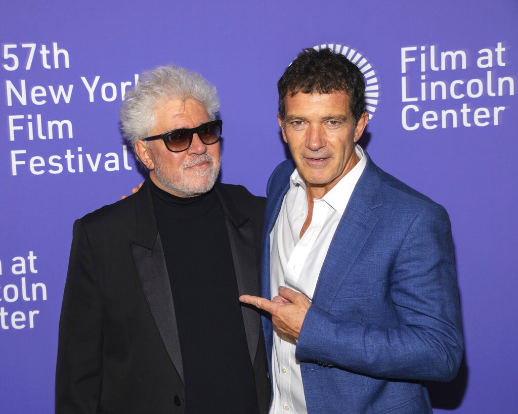 """El cineasta español Pedro Almodóvar, a la izquierda, y el actor Antonio Banderas asisten al estreno de """"Dolor y gloria"""" en el Festival de Cine de Nueva York, el sábado 28 de septiembre del 2019. Foto: Brent N. Clarke/Invision/AP."""