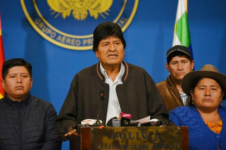 El presidente boliviano Evo Morales habla desde el hangar presidencial en El Alto, Bolivia, el domingo 10 de noviembre de 2019, horas antes de renunciar a la presidencia para facilitar la pacificación del país. Foto: Enzo De Luca/Agencia Boliviana de Información vía AP.