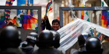 La policía impide a partidarios del expresidente Evo Morales acceder a la zona del Congreso en La Paz, Bolivia, el martes 12 de noviembre de 2019. Foto: Natacha Pisarenko / AP.
