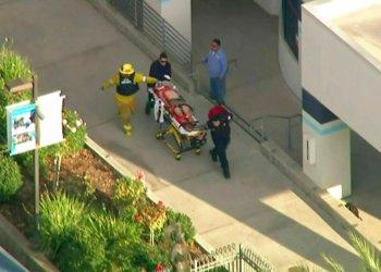 En imagen tomada del video proporcionado por KTLA-TV, paramédicos trasladan en una camilla a una persona herida durante un tiroteo en la Escuela Secundaria Saugus de Santa Clarita, California, el jueves 14 de noviembre de 2019. Foto:KTLA-TV vía AP