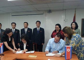Ministros de salud de Corea del Norte, Oh Chun Bok, y de Cuba José Ángel Portal, firman memorando de entendimiento de cara a una futura cooperación. Foto: twitter.com/MINSAPCuba/