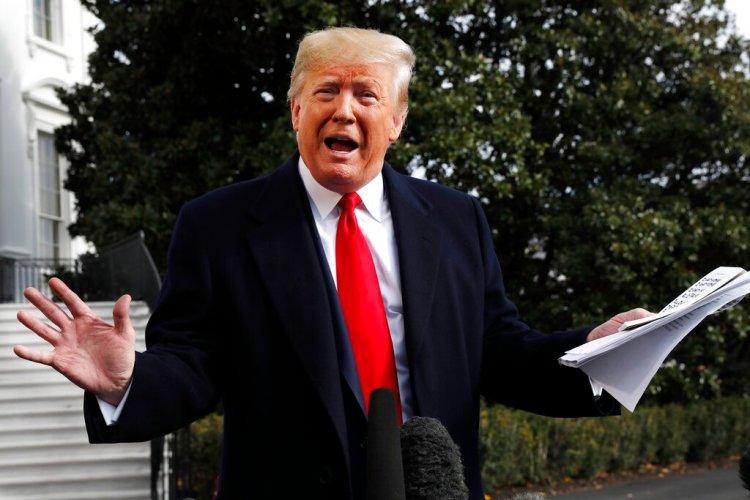 El presidente Donald Trump, con apuntes manuscritos en la mano, habla con la prensa sobre la audiencia del embajador ante la UE, Gordon Sondland, 20 de noviembre de 2019. Foto: Jacquelyn Martin / AP.