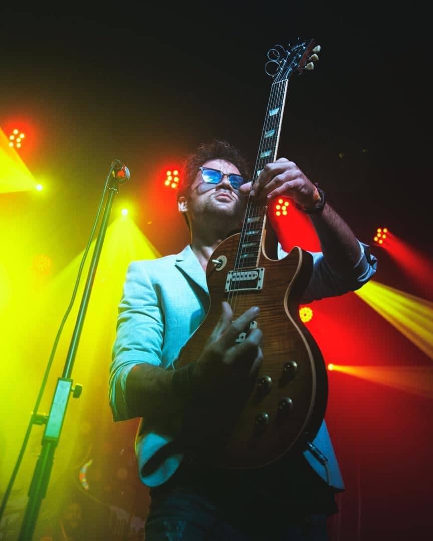 Ernesto Blanco toca su guitarra durante un concierto. Foto: Cortesía del artista