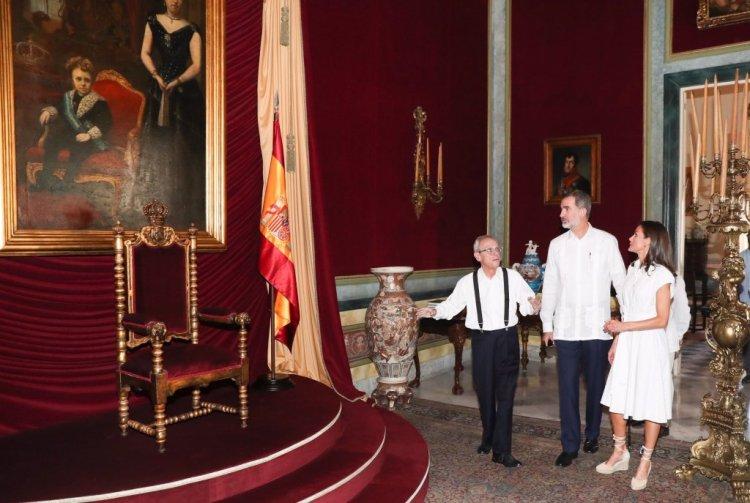 Eusebio Leal muestra a los reyes de España el trono intocado del Palacio de los Capitanes Generales. Foto: EFE.