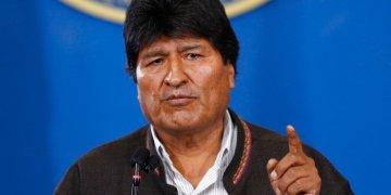 El presidente de Bolivia, Evo Morales, habla durante una conferencia de prensa en el aeropuerto militar de El Alto, Bolivia, el sábado 9 de noviembre de 2019. (Foto AP/Juan Karita)