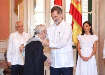 El Felipe VI de España condecora al historiador Eusebio Leal con la Gran Cruz de la Real y Distinguida Orden Española de Carlos III, en el Palacio de los Capitanes Generales de La Habana, el 13 de noviembre de 2019. Foto: @CasaReal / Twitter.