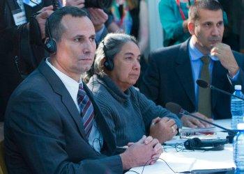 Foto de archivo de 2016, del opositor cubano José Daniel Ferrer (izquierda), junto a otros opositores al gobierno de la Isla, escuchando durante una reunión con el expresidente Barack Obama en la Embajada de Estados Unidos en La Habana. Foto: Pablo Martínez Monsiváis / AP / Archivo.