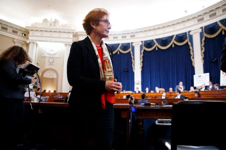 Marie Yovanovitch, exembajadora de Estados Unidos ante Ucrania, se toma un descanso durante su presentación de testimonios ante la Comisión de Inteligencia de la Cámara de Representantes, el viernes 15 de noviembre de 2019, en el Capitolio en Washington, en la segunda aundiencia de la investigación sobre un juicio político a Donald Trump. (AP Foto/Jacquelyn Martin)
