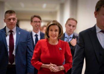 La presidenta de la Cámara de Representantes, la demócrata Nancy Pelosi, llega a una conferencia de prensa el día después de la primera audiencia pública en la investigación de juicio político al presidente Donald Trump, en el Capitolio de Washington, el jueves 14 de noviembre de 2019. Foto: J. Scott Applewhite / AP.