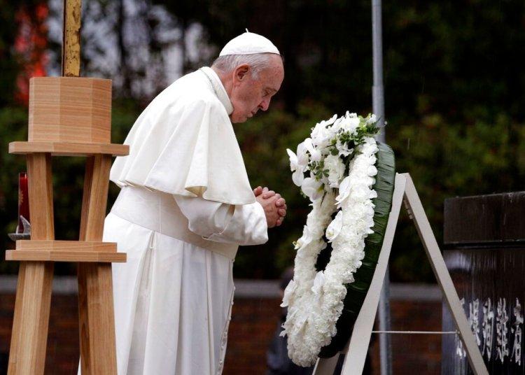 El papa Francisco reza después de colocar una ofrenda floral en el Parque del Hipocentro de la Bomba Atómica en Nagasaki, Japón, el domingo 24 de noviembre de 2019. (AP Foto/Gregorio Borgia)