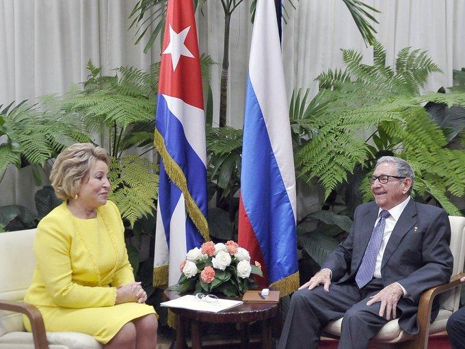 El expresidente cubano y líder del Partido Comunista de la Isla, Raúl Castro, conversa con la presidenta del Senado de Rusia, Valentina Matvienko, en La Habana, el 16 de noviembre de 2019. Foto: @PresidenciaCuba / Twitter.
