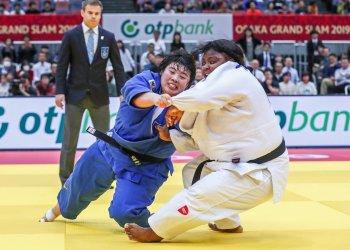 La cubana Idañys Ortiz (d) y la japonesa Akira Sone, en la final de los + 78 kg del Grand Slam de Osaka, Japón, ganada por Sone, el 24 de noviembre de 2019. Foto: @Judo / Twitter.